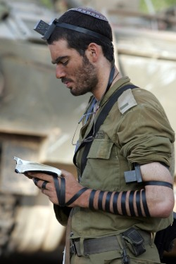 IDF_soldier_put_on_tefillin